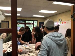 現地学生が習字を体験